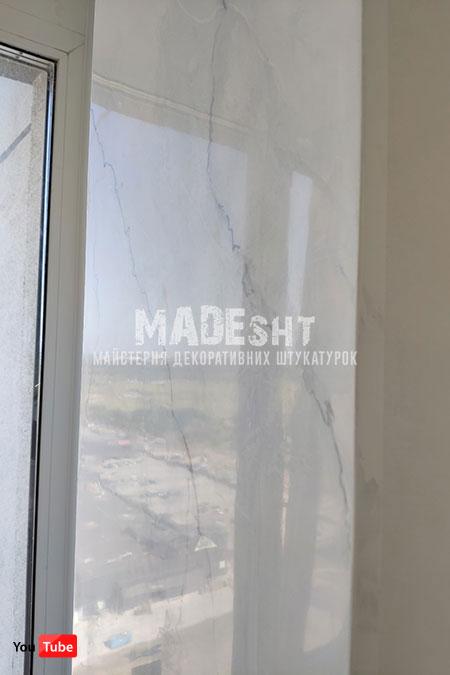 Имитация белого мрамора на портале под телевизор и электрокамин венецианской штукатуркой