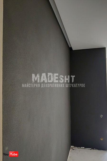 Акцентная стена из декоративной штукатурки Marmorino Maxi Limestone черного цвета