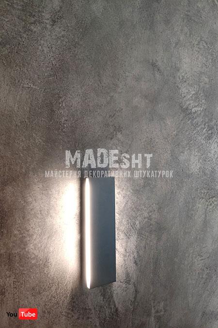Акцентная стена в спальне из Marmorino Polvere Media Colorificio Veneziano черного цвета